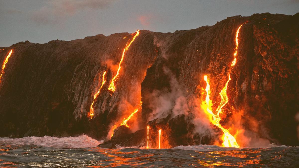Lava fließt ins Meer: Behörden warnen vor giftigen Wolken