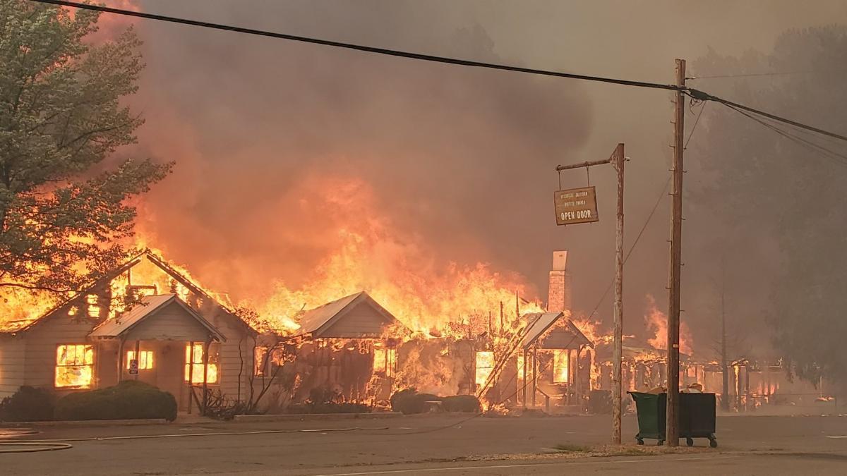"""""""Rettungskräfte können Ihnen nicht helfen"""": Zigtausende fliehen vor Bränden"""