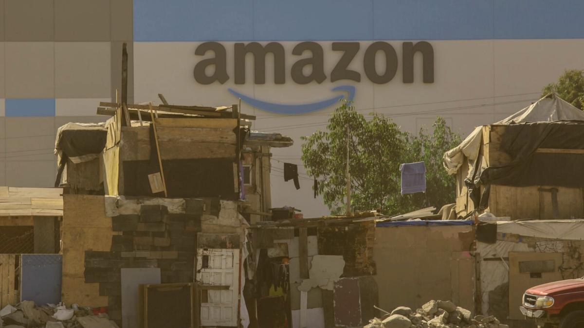Der wahre Skandal hinter Amazons neuem Versandzentrum im Slum
