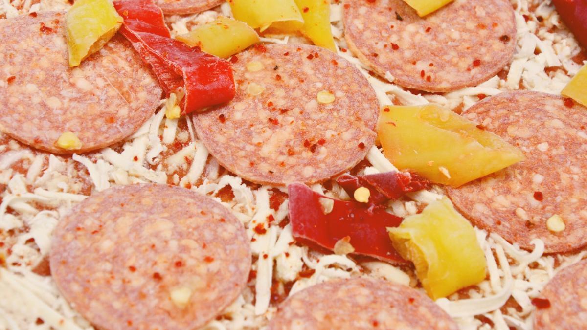 Tiefkühlpizza: Das tierische und menschliche Leid hinter dem schnellen Essen