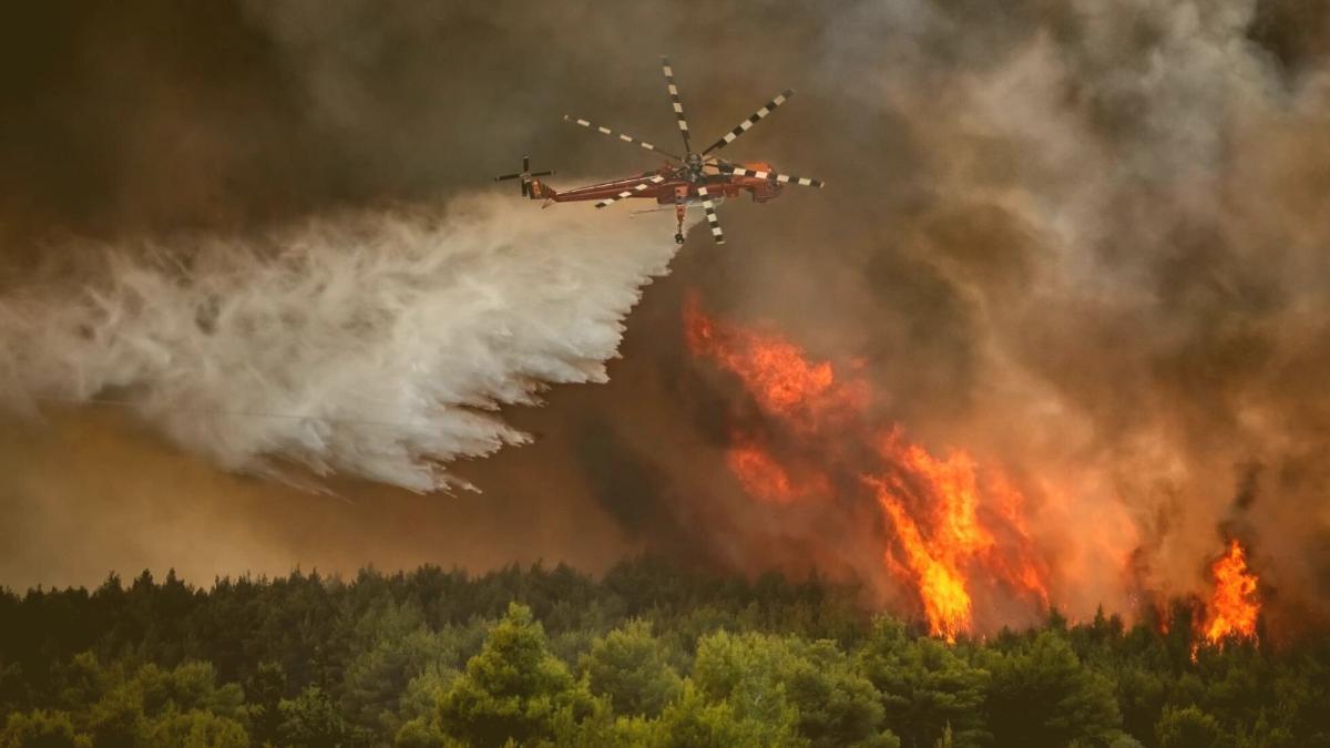 """""""Die Hölle"""": Aufnahmen aus Hubschrauber zeigen Brände um Athen"""